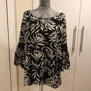 Print black and off white blouse